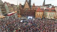 """Wrocław: protest """"Wolne sądy - łańcuch światła"""" (fot. PAP)"""