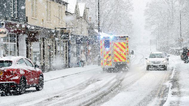 Policja wezwała kierowców, by poruszali się po drogach tylko wtedy, gdy jest to absolutnie konieczne (fot. REUTERS/Russell Cheyne)