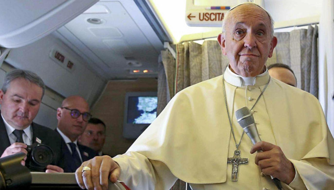Papież rozmawiał z dziennikarzami na pokładzie samolotu (fot. PAP/EPA/ALESSANDRO BIANCHI)