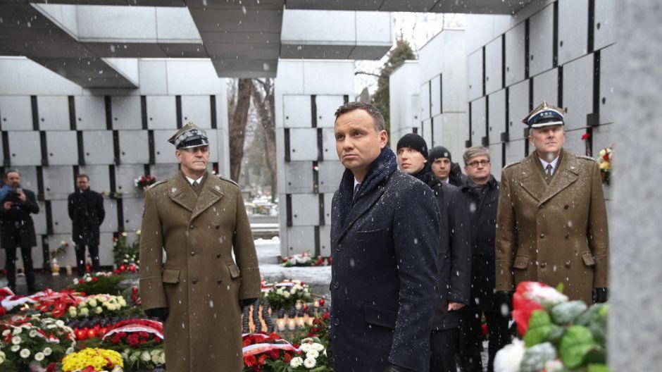 Prezydent Andrzej Duda złożył kwiaty przy panteonie-mauzoleum na Łączce na Wojskowych Powązkach/PAP/Rafał Guz
