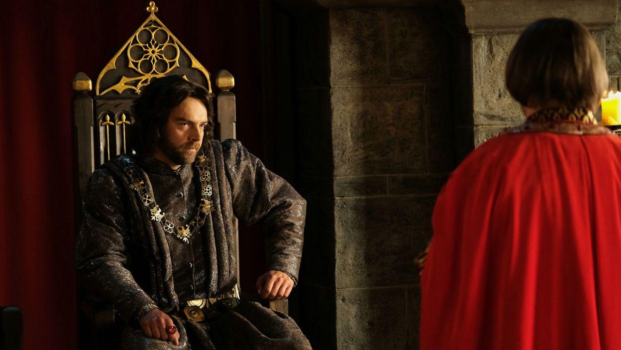 Król nie jest przekonany do planu duchownego, ale zgadza się. – Wyruszaj niezwłocznie! – mówi (fot. TVP)