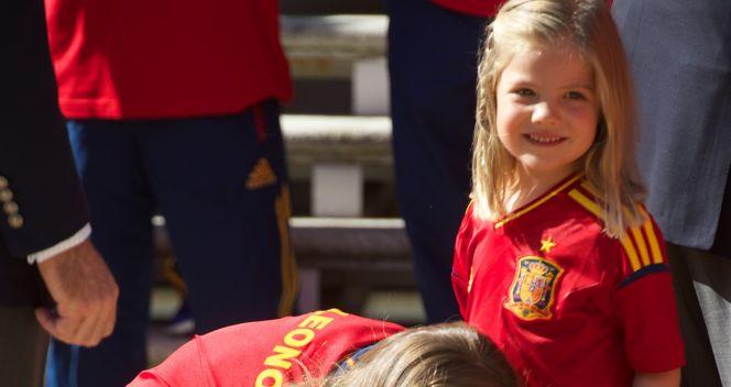 Księżniczka Leonor razen z siostrą Sofią dokładnie sprawdziła Puchar Mistrzów Europy (fot. Getty Images)