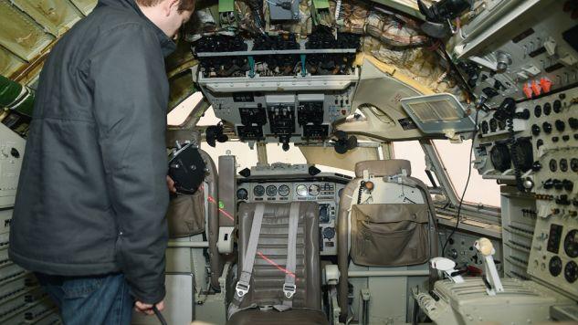 Jeden z amerykańskich naukowców z National Institute For Aviation Research podczas badań wewnątrz bliźniaczego Tupolewa nr 102(fot. PAP/Radek Pietruszka)