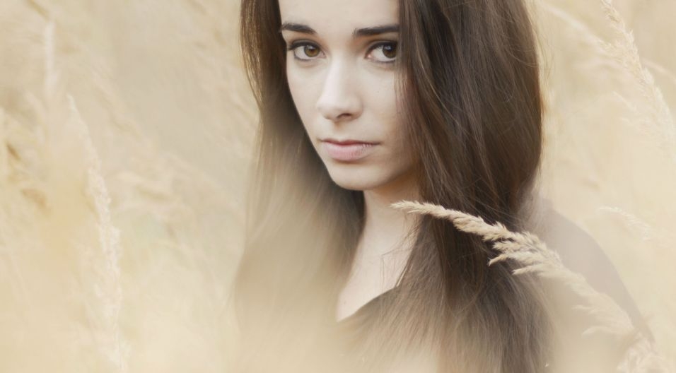 Karolina Skrzyńska, to autorka muzyki i tekstów tworząca na pograniczu muzyki world, folku, popu i muzyki filmowej (fot. mat. promocyjne)