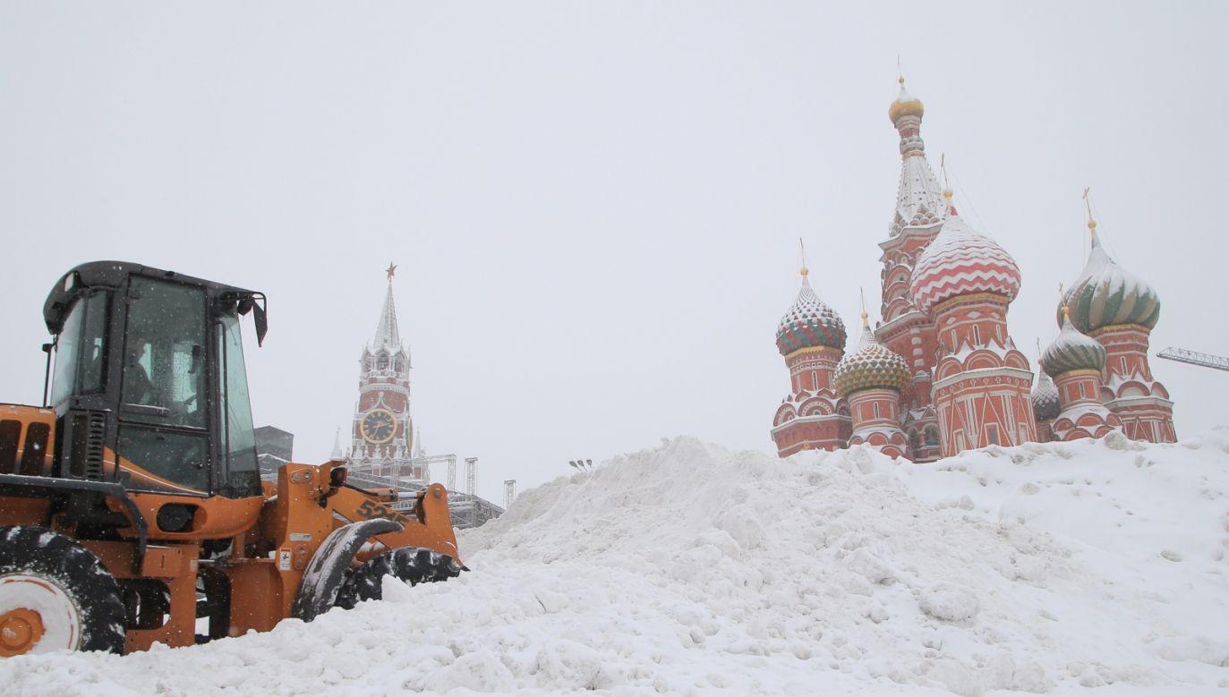 Śnieg w Moskwie pada nieprzerwanie czwartą dobę (fot. PAP/EPA/MAXIM SHIPENKOV)