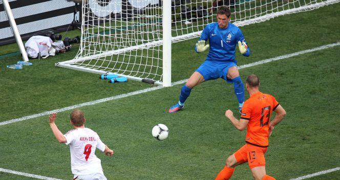 Michael Krohn-Dehli strzelający gola na 1-0 dla Danii (fot. Getty Images)