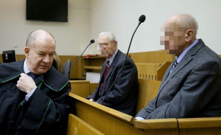 B. generałom SB - Józefowi S. (w środku) i Władysławowi C. (z prawej), reprezentowanym przez Andrzeja Różyka, grozi do 10 lat więzienia (fot. PAP/Paweł Supernak)