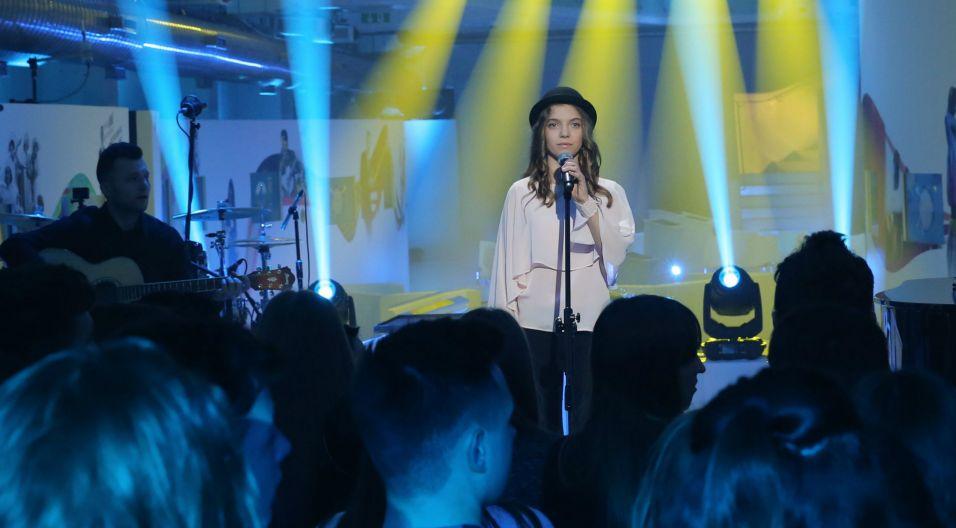 """Ma na koncie sukces, bo piosenką """"Jak kropla"""" wygrała Eurowizję Junior 2016 tzw. drugiej szansy (fot. Natasza Młudzik/TVP)"""
