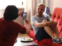 Zdjęcia do portalu randkowego – Krzysiek jest bardzo zdesperowany (fot. A Grochowska)