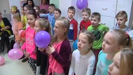 13.02.2018, Dzieci i młodzież z drezdeneckich szkół odwiedzają pacjentów z zakładu opiekuńczo-leczniczego i oddziału dziecięcego
