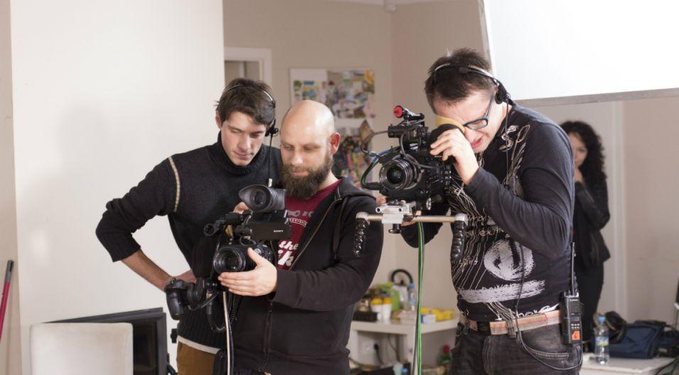 Perypetie dwójki sąsiadów są bacznie podpatrywane przez oko kamery