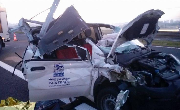 Kierowca tego auta nie przeżył uderzenia w narożnik naczepy tira (fot. mł. asp. Marcin Kiełpikowski z KP PSP w Świeciu))