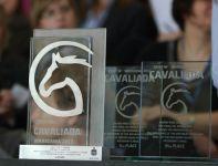 Trofea dla pierwszej trójki (fot. cavaliada–warszawa.pl)