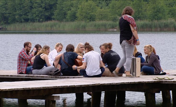 Spotkania i dyskusje o godności na tle jeziora i lasu