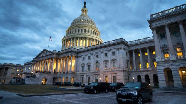 Głosowanie nad projektem ustawy o finansowaniu rządu zostało przesunięte (fot. PAP/EPA/JIM LO SCALZO)