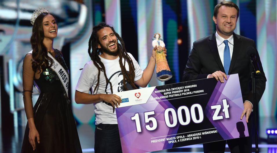 Z nagrody publiczności – honorowej Karolinki – ostatecznie cieszył się Mesajah! (fot. Ireneusz Sobieszczuk/TVP)