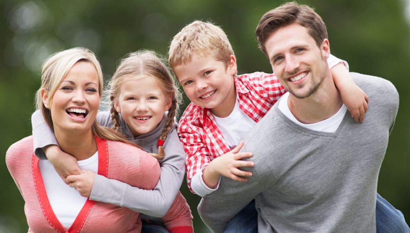 """GUS wskazał na korzystny wpływ programu """"Rodzina 500 plus""""  (fot. Shutterstock/oliveromg)"""