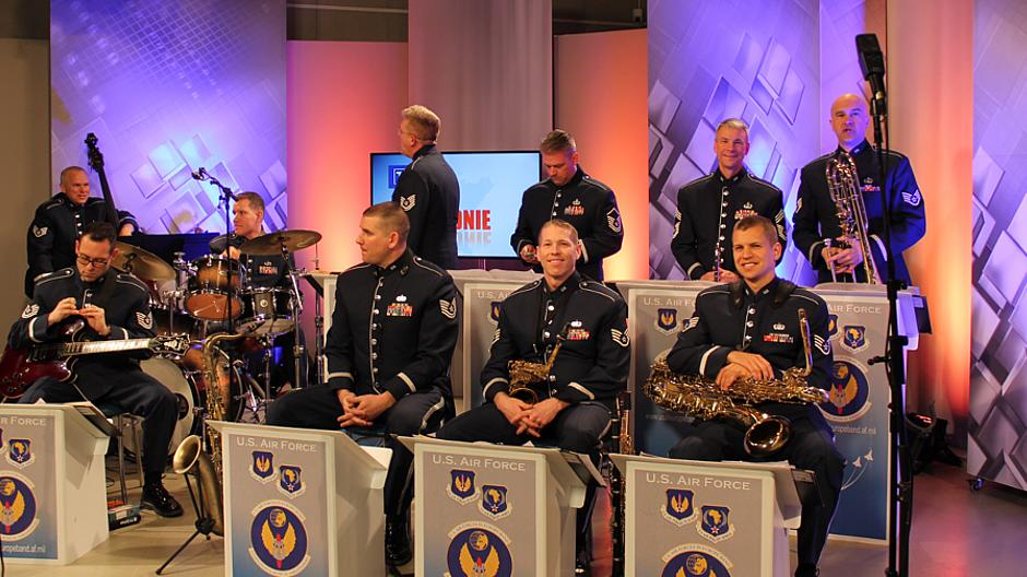 """5. Muzycy z zespołu """"United States Air Forces in Europe"""" w TVP3 Rzeszów"""