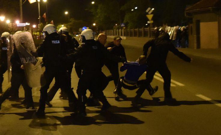 Interwencja policji przeciwko pseudokibicom atakującym komisariat w Knurowie. Foto.  PAP/Jacek Bednarczyk