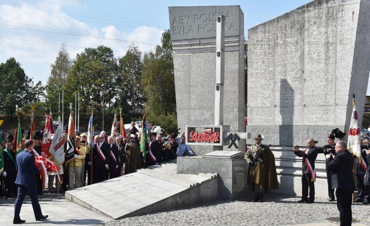 Prezydent Andrzej Duda składa kwiaty przed Pomnikiem Porozumienia Jastrzębskiego. Foto. PAP/Jacek Bednarczyk