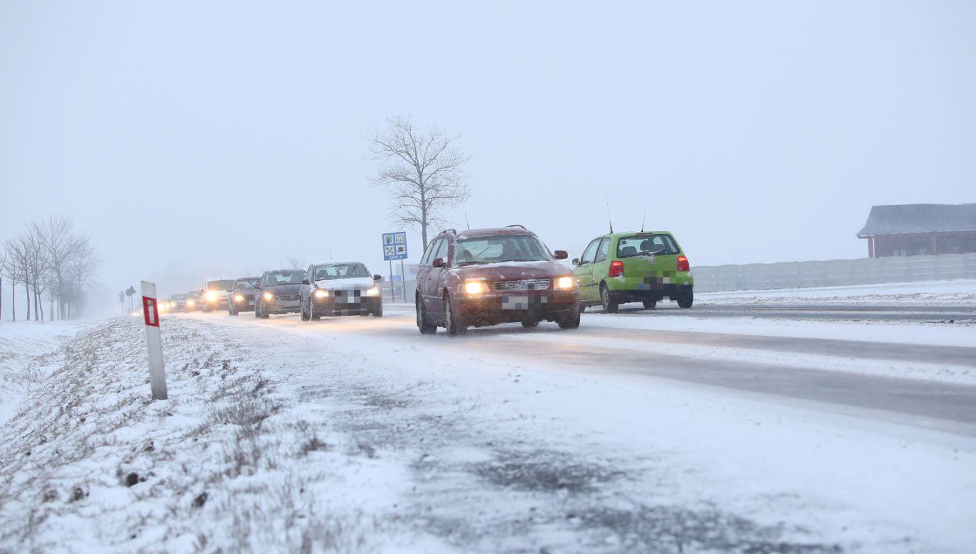 Kierowcy muszą liczyć się z utrudnieniami na drogach  (fot. PAP/Tomasz Wojtasik)