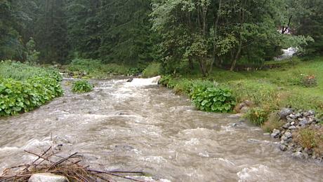 Występujące z koryt potoki spowodowały zalania szlaków (fot. TVP3 Kraków)