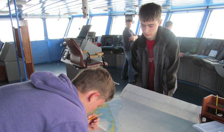 Podczas rejsu uczniowie brali udział w zajęciach edukacyjnych, m.in. z nawigacji