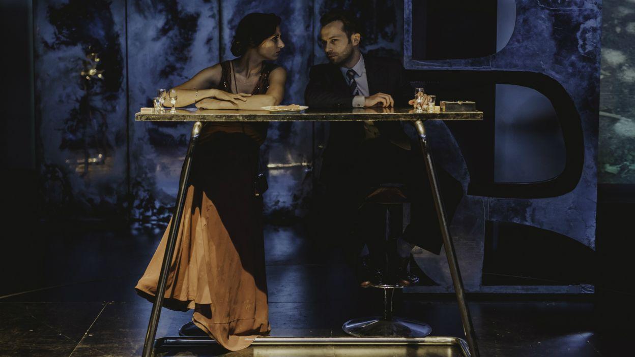Bohater udaje się do nocnego klubu, gdzie poznaje fordanserkę Lidkę, z którą ucieka do podmiejskiego pensjonatu (fot. S. Loba/TVP)