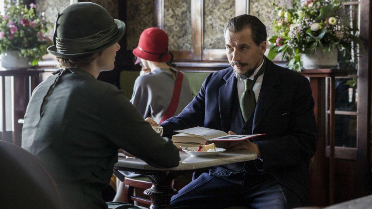 """Wykorzystując sytuację, Biernacka prosi kochanka o wymyślenie do """"Iskry"""" kilku tematów na temat ślubu... (fot. TVP)"""