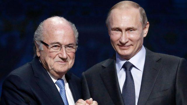 """""""Blatter zasługuje na nagrodę Nobla"""" Putin nie wierzy w zarzuty korupcyjne szefa FIFA"""
