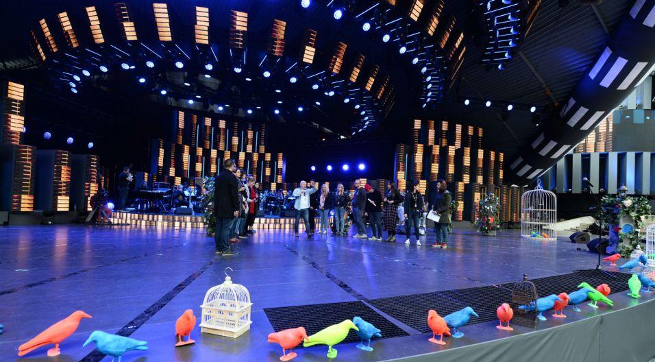 Artyści i publiczność w napięciu oczekują pierwszych dźwięków sygnału festiwalowego, skomponowanego przez kompozytora i pianistę Bogusława Klimczuka. (fot. TVP/ Jan Bogacz)