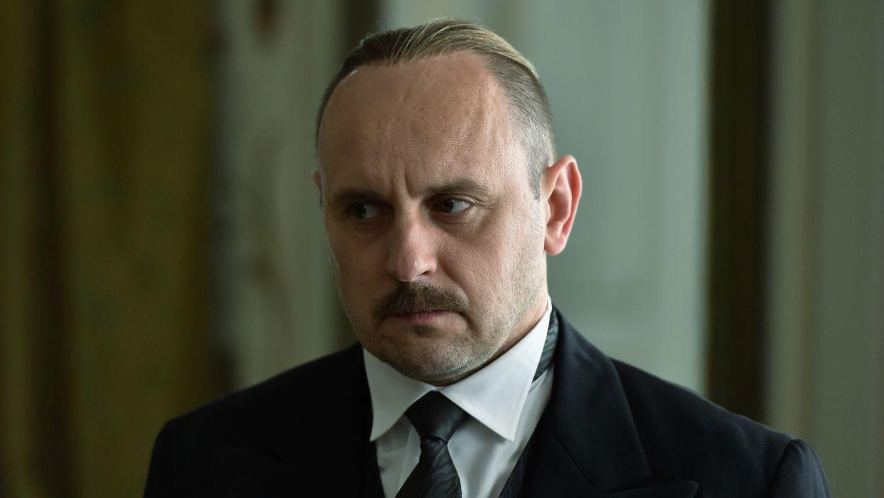 Jednym z premierów w czasach II RP był Kazimierz Bartel; w tej roli wystąpił Adam Woronowicz (fot. Ireneusz Sobieszczuk/TVP)