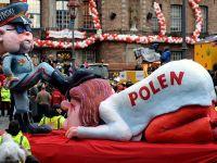 Polska pod butem Kaczyńskiego. Kontrowersyjne instalacje na karnawale w Duesseldorfie