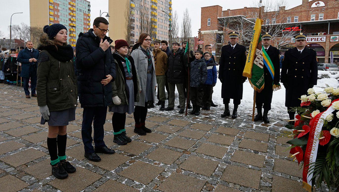 Premier Mateusz Morawiecki składa wieniec pod Pomnikiem Ofiar Terroru Komunistycznego w Ostrołęce. (fot. PAP/Artur Reszko)