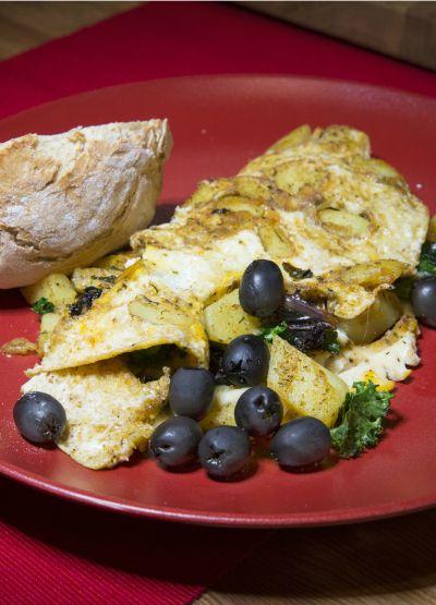 Omlet po świąteczny z jarmużem, gałką muszkatołową, ziemniakami i pomidorami