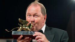 Szwedzki reżyser Roy Andersson ze statuetką Złotego Lwa (fot. PAP/EPA)