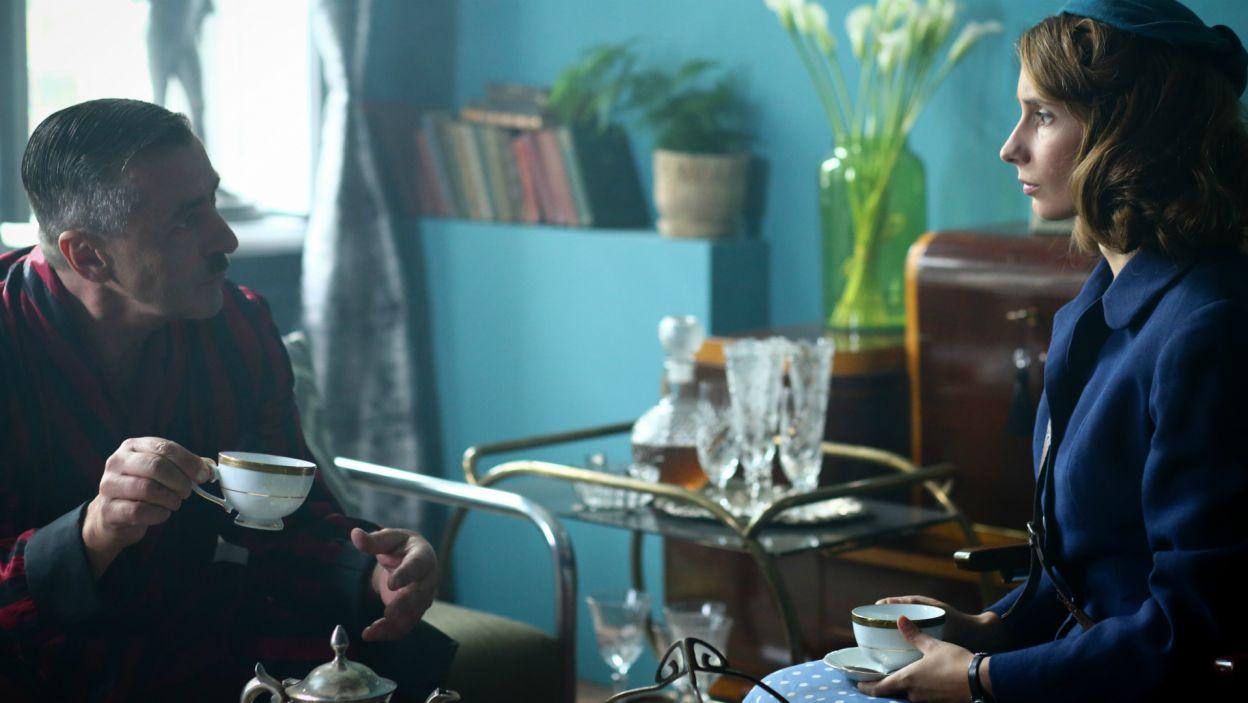 Marysia znów zanosi pranie Dietrichowi. On zaprasza na kawę i chce ją zatrudnić jako gosposię... albo i damę do towarzystwa (fot. TVP)