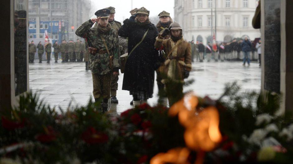 Uczestnicy apelu pamięci składają kwiaty przed Grobem Nieznanego Żołnierza/PAP/Bartłomiej Zborowski