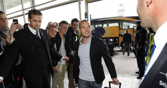 Wesley Sneijder szykuje się do wylotu do Krakowa (fot. PAP/EPA)