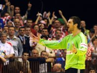 Mirko Alilovoć znacznie utrudniał Francuzom zdobywanie bramek (fot.PAP/EPA)