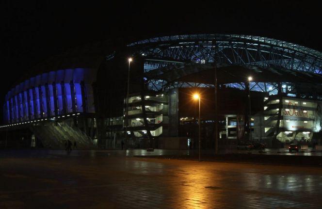 Stadion w Poznaniu pod osłoną nocy (fot. PAP)