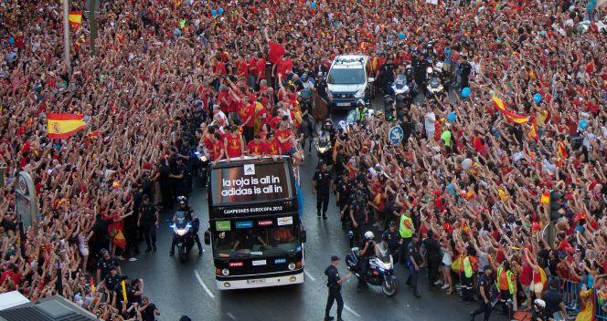 Na trasie odkrytego autobusu wiozącego piłkarzy czekały tłumy kibiców (fot. Getty Images)