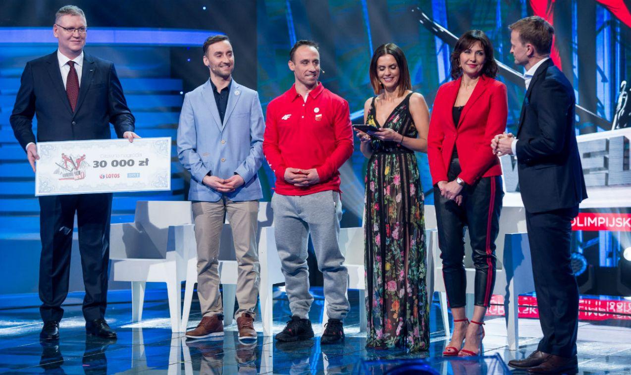 Michał i Mateusz Ligoccy odbierają czek po zwycięstwie, trafi na cel charytatywny (fot. Jan Bogacz)