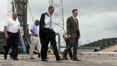 Musk i ówczesny prezydent USA Barack Obama doglądają przygotowań do startu rakiety Falcon9 (fot. NASA/Bill Ingalls)