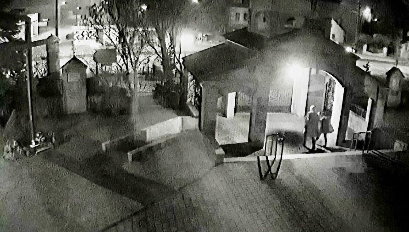 Kamera monitoringu nagrała moment wejścia sprawcy na przykościelny teren (fot. KPP Oświęcim)