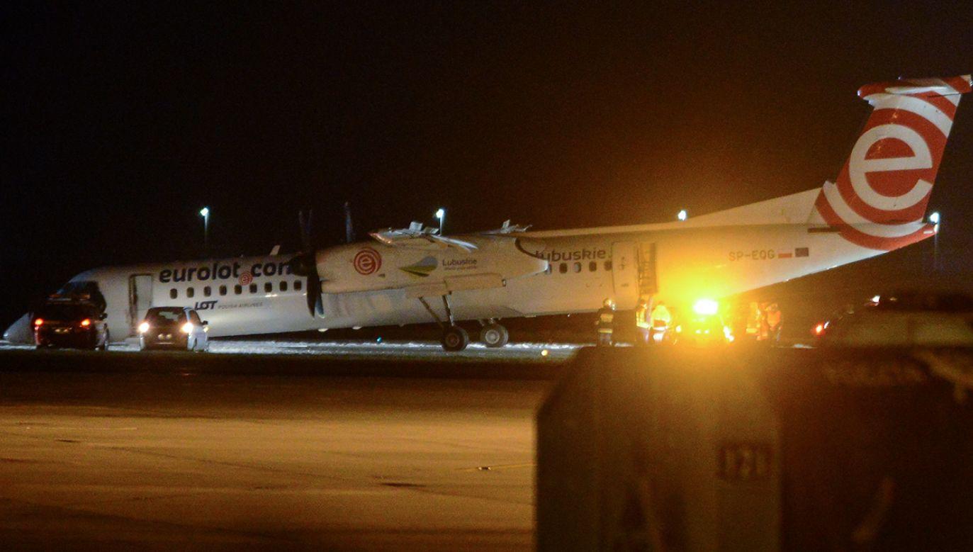 Samolot Bombardier Dash Q400 Polskich Linii Lotniczych LOT lecący z Krakowa do Warszawy wylądował awaryjnie na warszawskim Lotnisku Chopina (fot. PAP/Jakub Kamiński)
