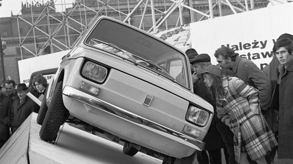 Pierwsza publiczna prezentacja Polskiego Fiata 126, produkowanego na licencji przez Fabrykę Samochodów Małolitrażowych Polmo Bielsko-Biała (fot. arch.PAP/CAF/Edmund Uchymiak)
