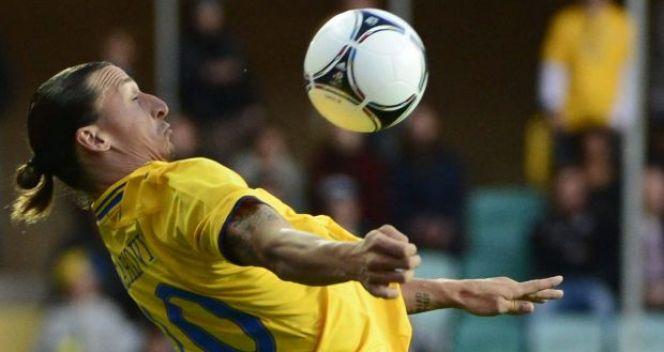 Zlatan Ibrahimović świetnie panuje nad piłką (fot. PAP/EPA)