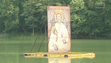 Na jeziorze, tuz obok świątyni, unosi się cudowny obraz