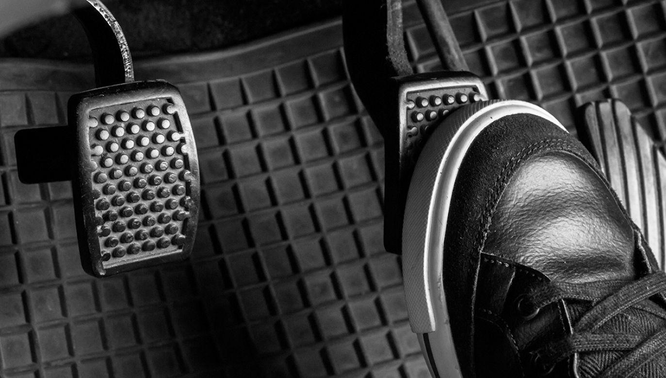 Kierowca pod wpływem alkoholu pomylił pedały (fot. Shutterstock/Pokpak Stock)